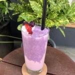 narairoカフェの苺とブルーベリーのスムージー